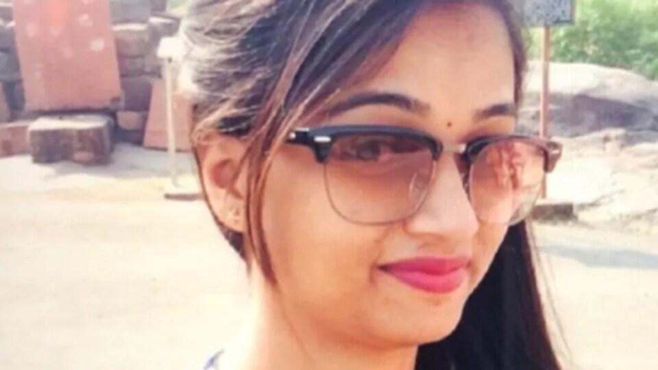Une jeune femme avec des lunettes