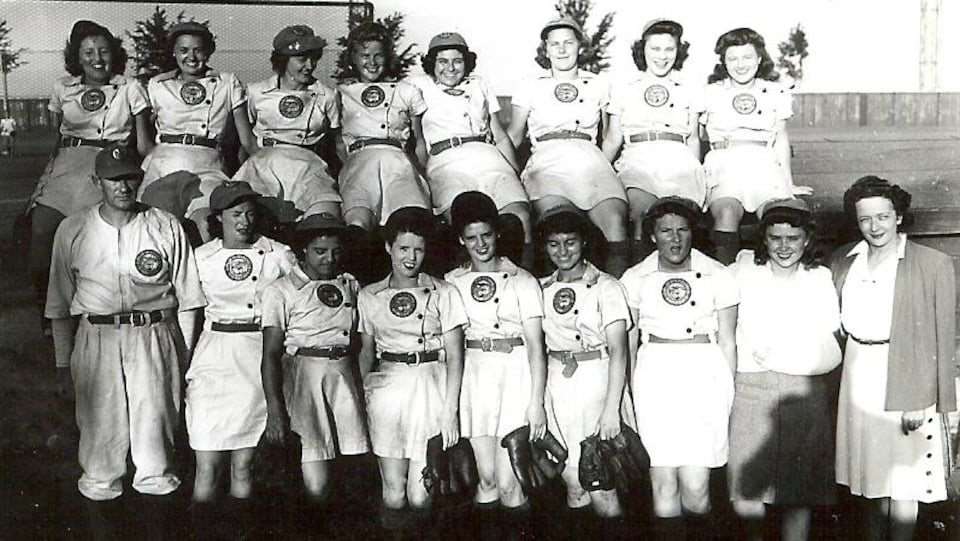 Une équipe de baseball féminin en uniforme.