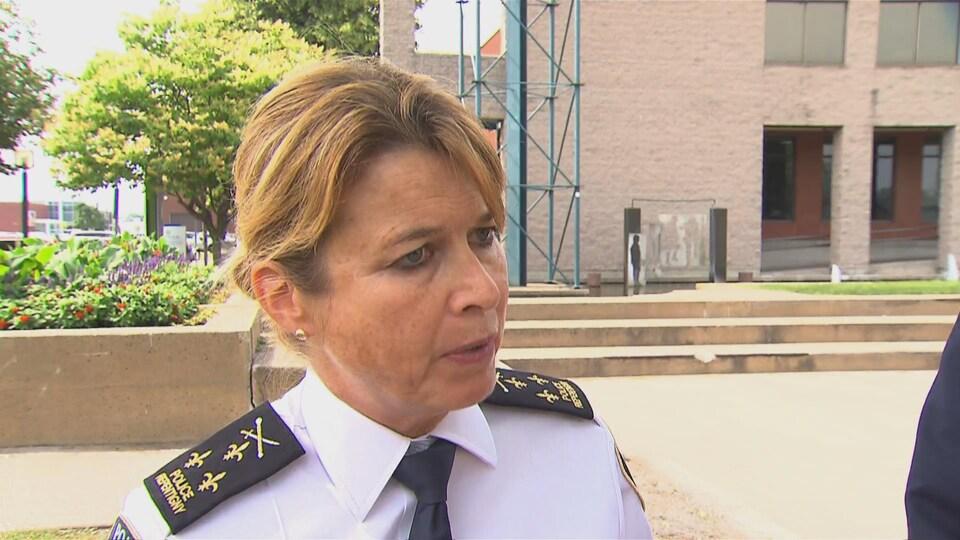 Une femme portant un uniforme de la police.