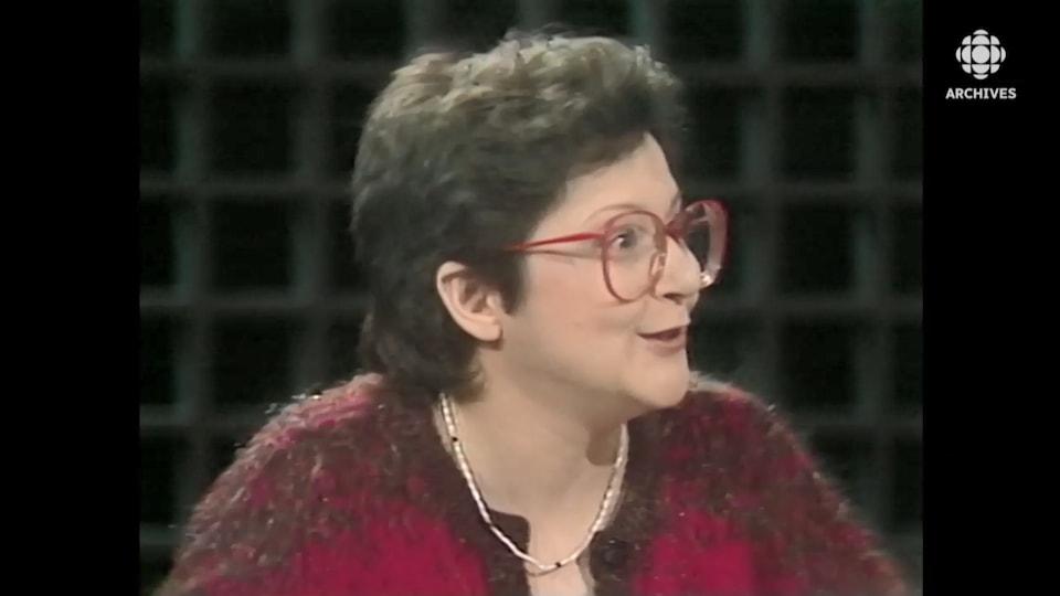 Hélène Pedneault, chroniquant à la télévision de Radio-Canada.