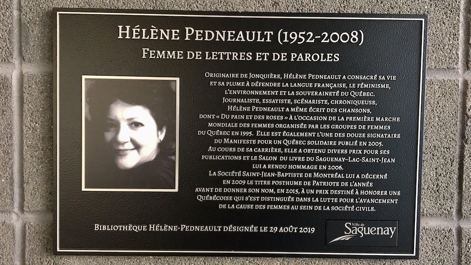Une plaque avec la biographie d'Hélène Pedneault sur un mur extérieur de la bibliothèque.