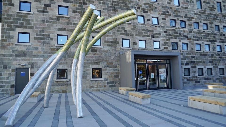 De grands tubes métalliques fixés au sol, derrière le palais de justice de Rimouski.