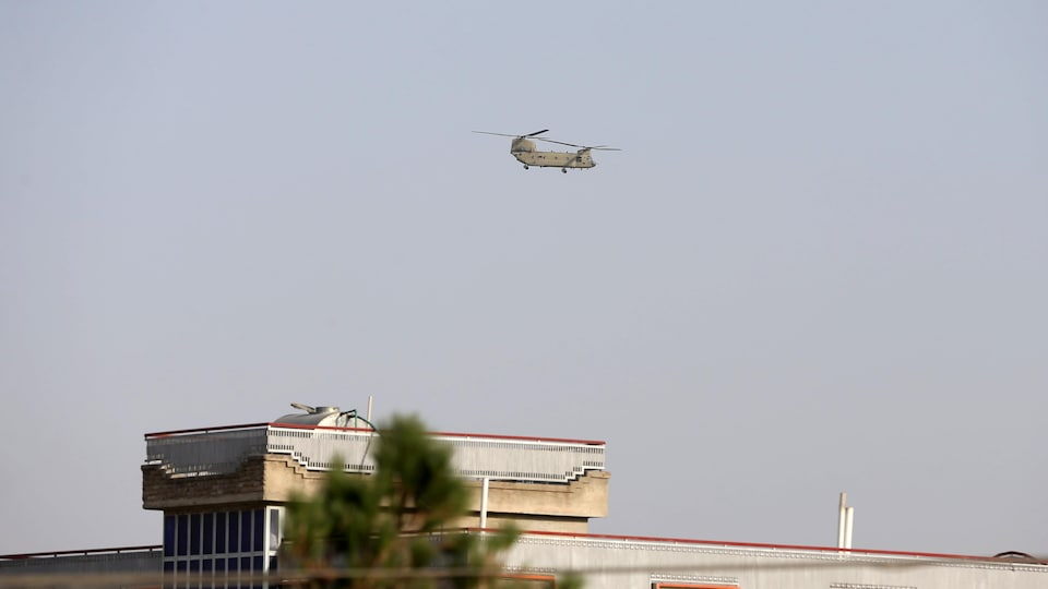 Un hélicoptère militaire survolait Kaboul le 15 août 2021.
