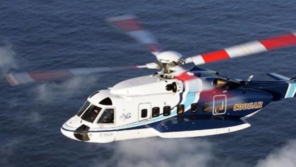 Un hélicoptère Sikorsky S92 en vol au-dessus de la mer