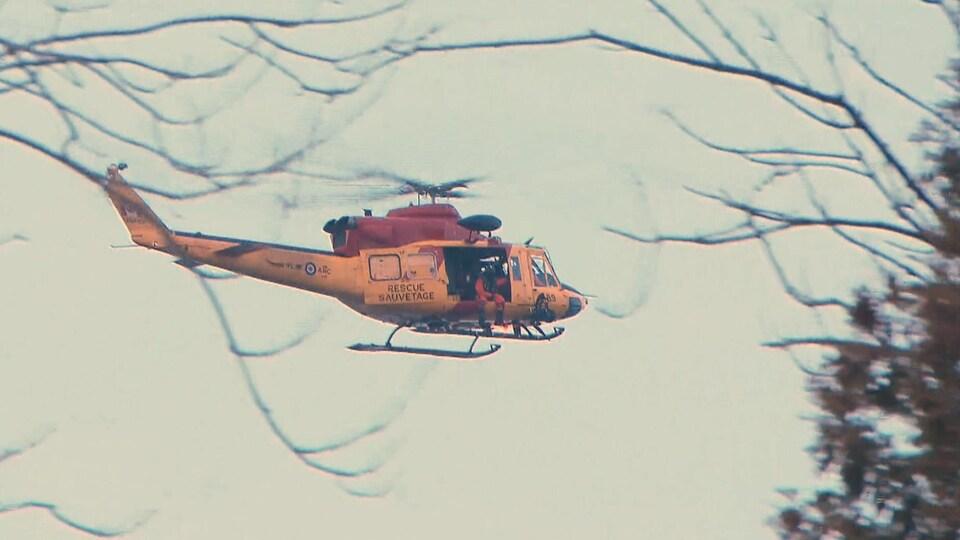 Un hélicoptère de l'armée en vol.