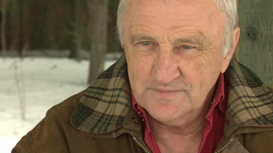 Le président de l'Action boréale, Henri Jacob, en entrevue dans la forêt Piché-Lemoine.
