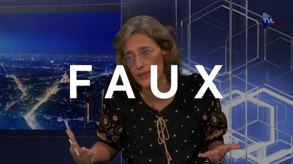 Alexandra Henrion-Caude en entrevue sur le plateau de TV Libertés. Le mot FAUX est superposé sur l'image.