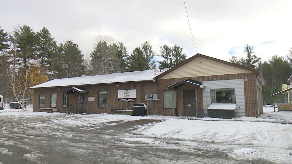 Un bâtiment administratif autochtone enneigé.
