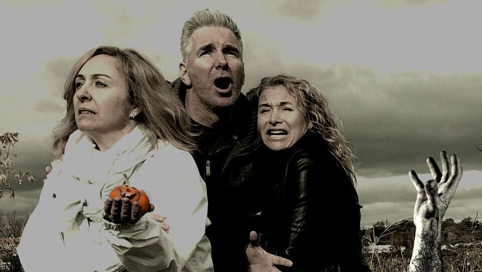 Trois animateurs se font attaqué par une main de zombie.