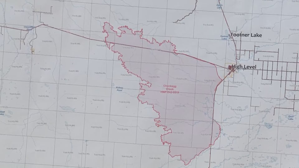 Cartes de l'étendue du brasier à l'ouest de High Level, qui traverse 2 des 3 principales voies d'accès à la municipalité.