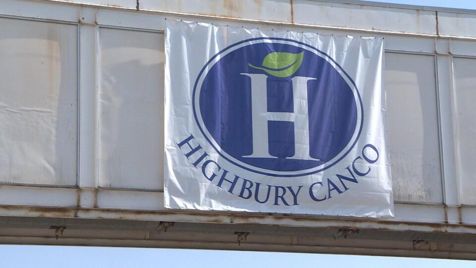 Enseigne suspendue de l'entreprise Highbury Canco Corp.