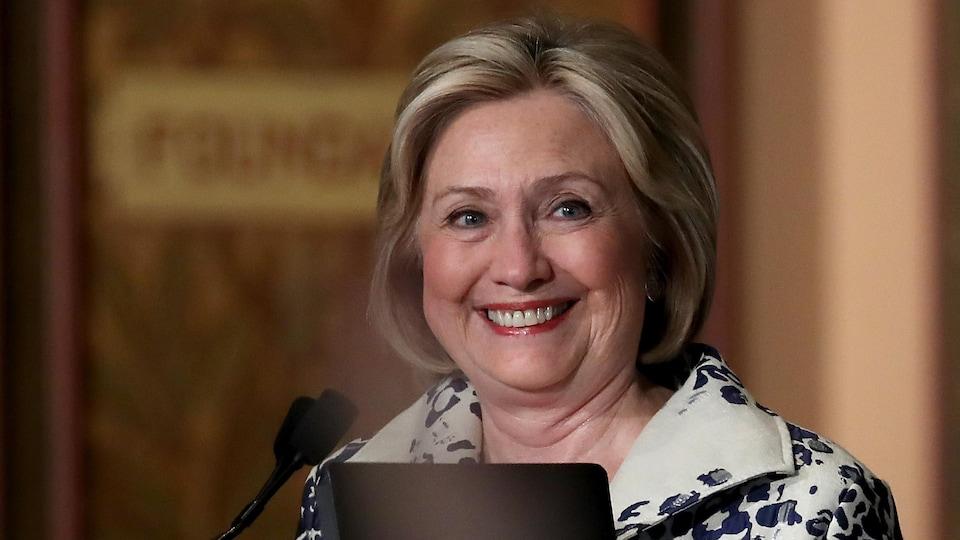 Hillary Clinton sourit.