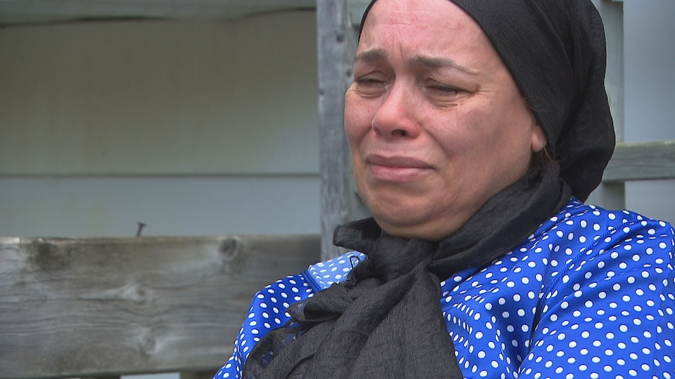 La mère en larmes.