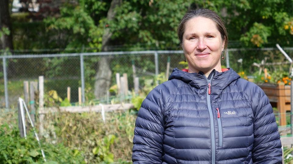 Mme Varady-Szabo devant un jardin.