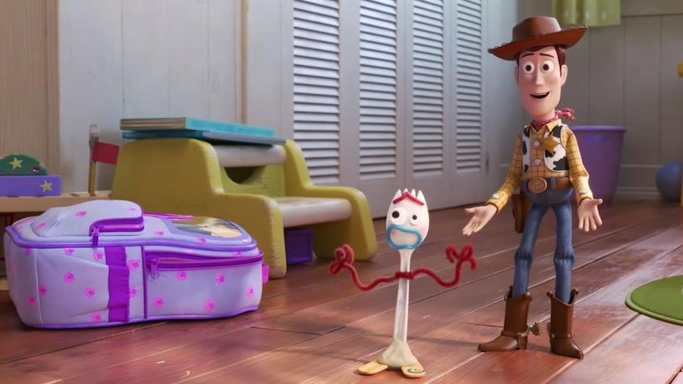Le shérif Woody est sur le plancher d'une chambre d'enfants aux côtés de Fourchette, le nouveau jouet bricolé.