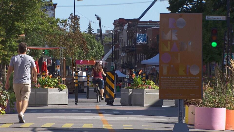 Un piéton et une cycliste sur la promenade Ontario.