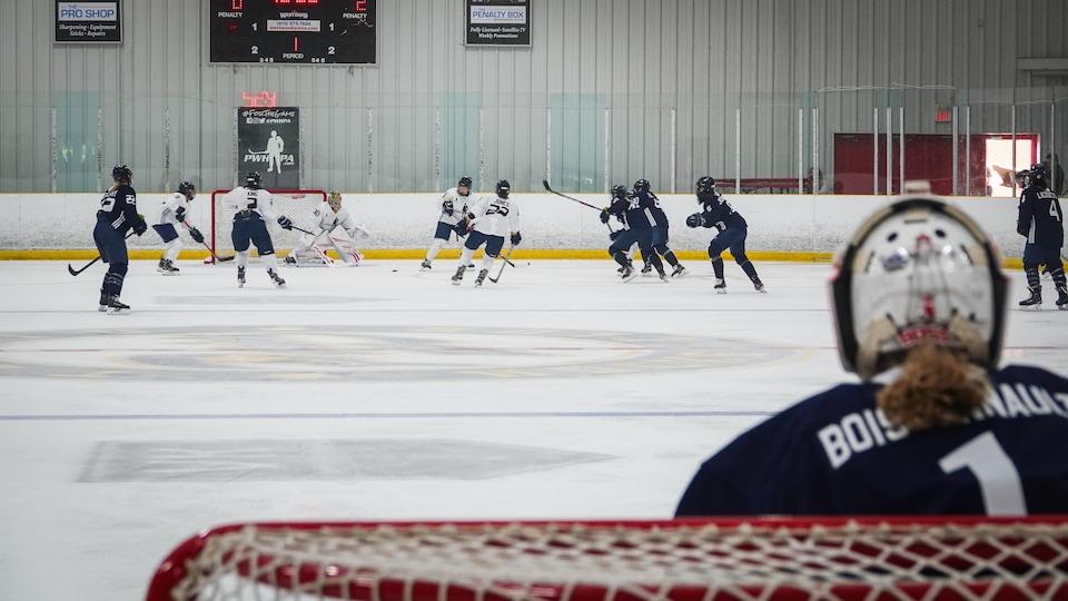 Une action de jeu de partie de hockey féminin.
