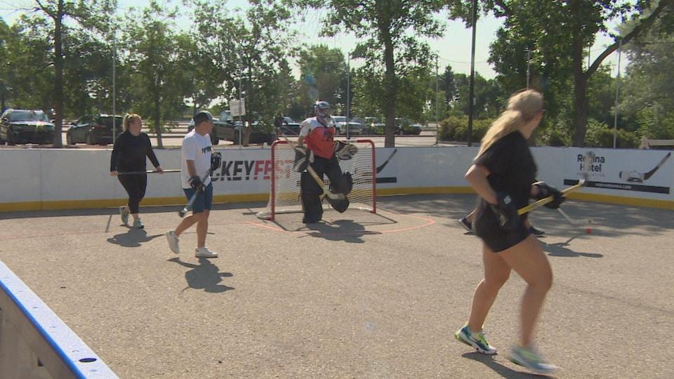Des joueurs de hockey-bottine.