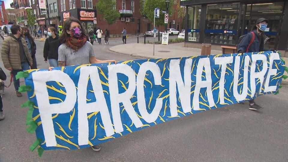 Une banderole indiquant « parc nature ».
