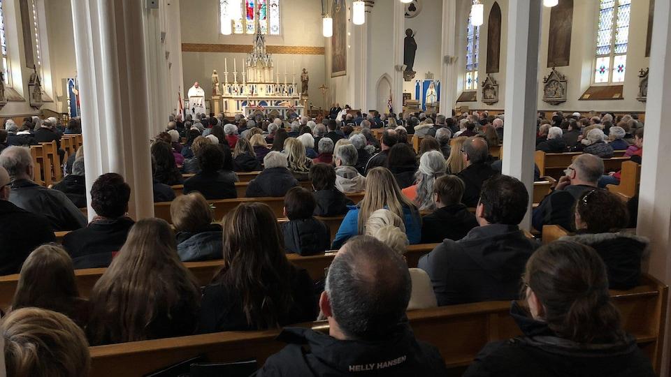L'église est bondée de monde.