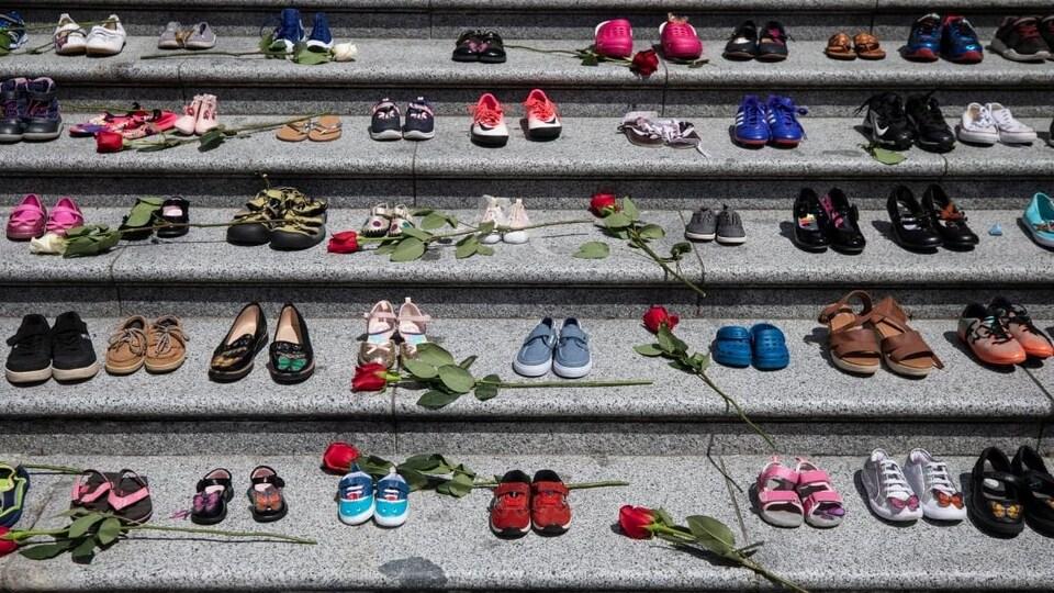 Des chaussures et des roses alignés dans un escalier.