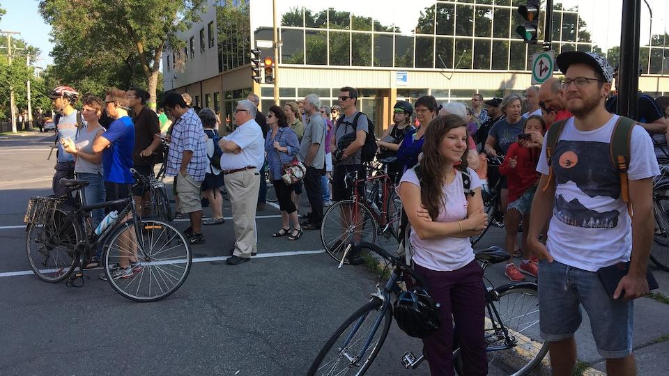 150 personnes se tiennent à l'angle de la rue Bélanger et de la 6e avenue pour rendre hommage à Meryem Anoun.