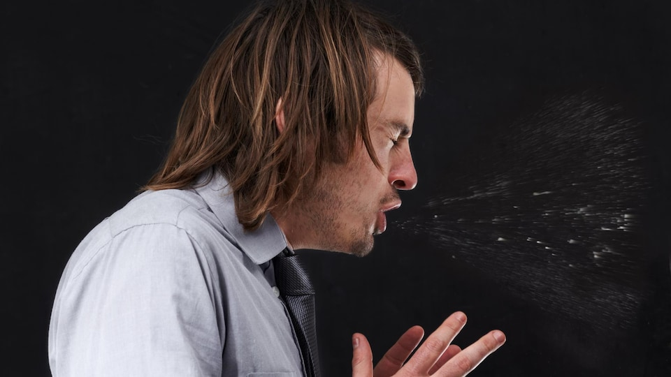 Le coronavirus se transmet d'une personne à l'autre par le biais des gouttelettes expulsées par le nez ou par la bouche.