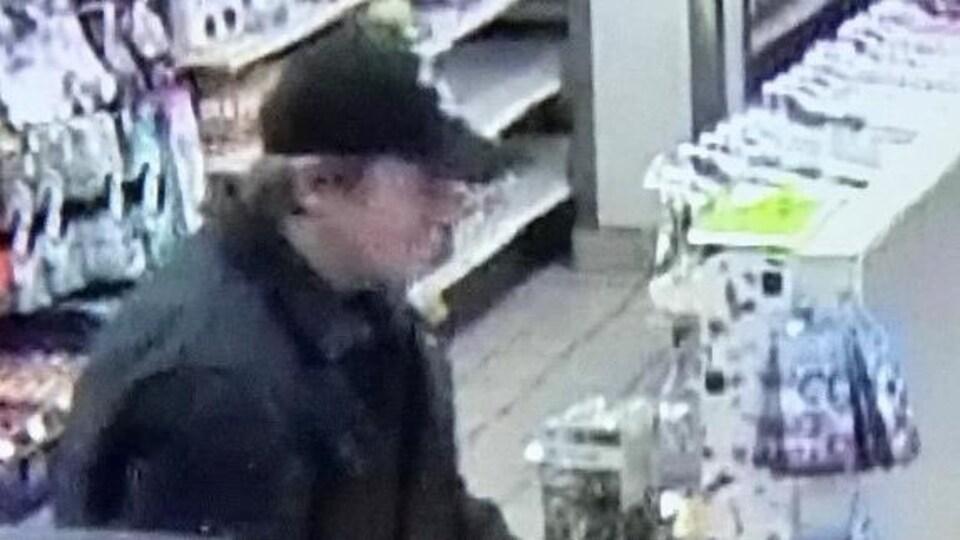L'homme de côté, flou, dans un magasin avec une casquette.