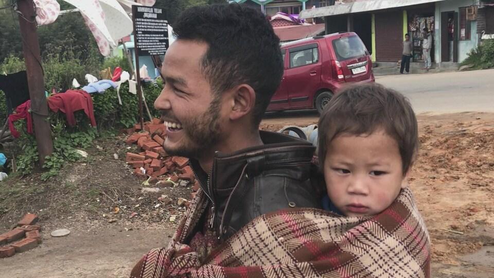 Dans le Meghalaya, il n'est pas rare de croiser des hommes en train de s'occuper des enfants pendant que la femme travaille.