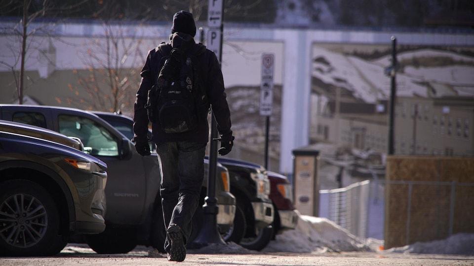 Un homme marche sur place La Salle à Baie-Comeau.