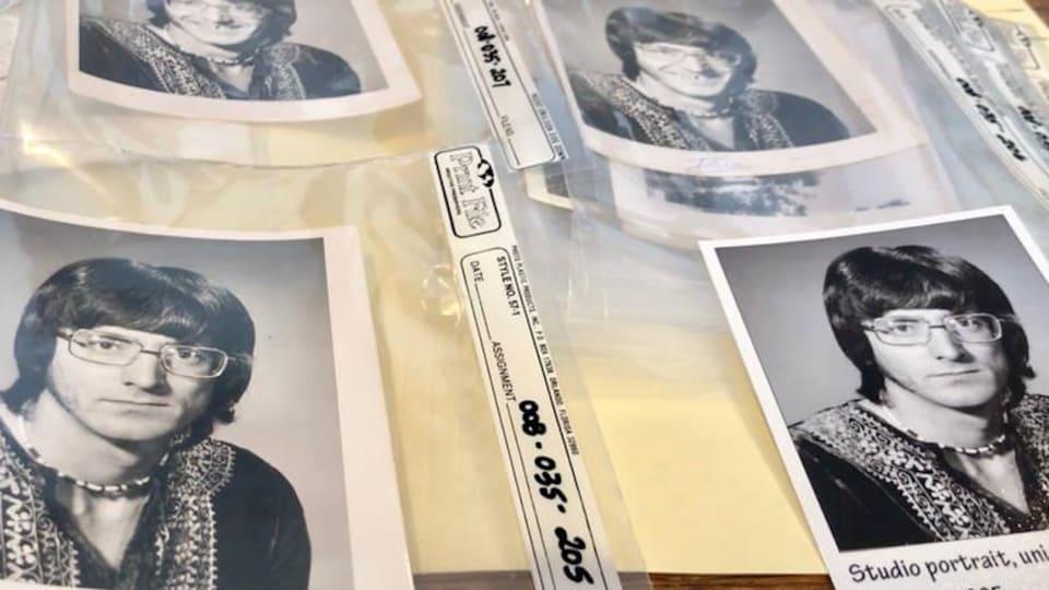 Plusieurs copies d'une photo d'un homme, en noir et blanc. L'homme a des cheveux foncés, de grosses lunettes, un collier et semble être un adepte du mouvement hippy.