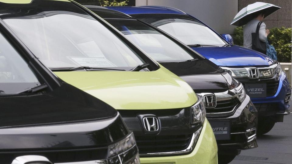 Des voitures Honda garées en rangée.