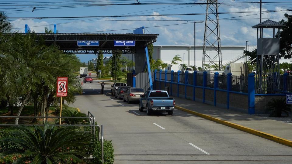 Des voitures attendent à un poste de contrôle au Honduras.
