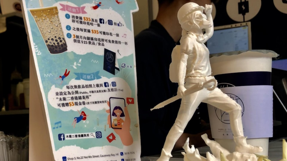 Petite figurine représentant un manifestant masqué