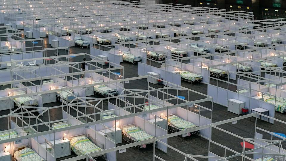 Des lits vides installés dans un hôpital de campagne à Hong Kong.