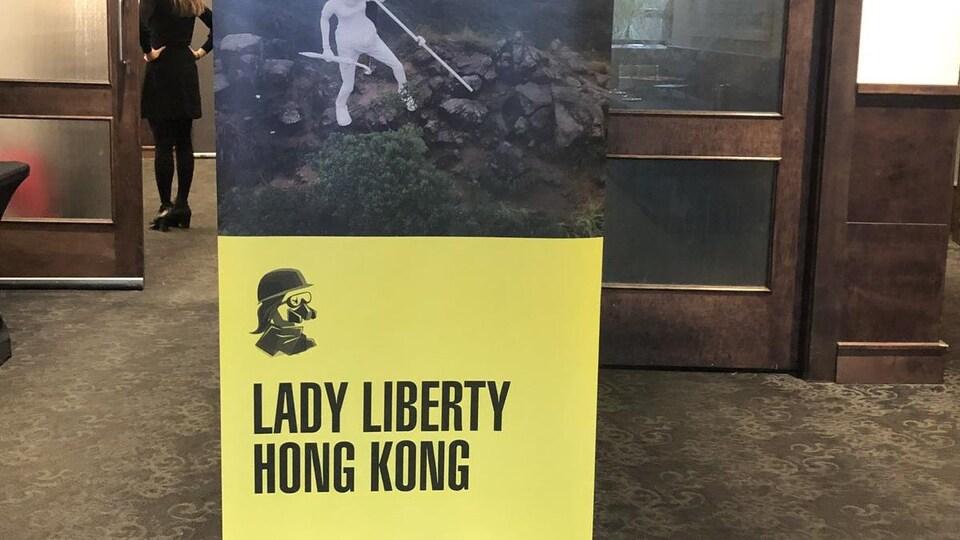 Affiche où il est inscrit Lady Liberty Hong Kong.
