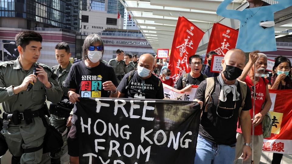 On peut lire sur la banderole : Libérez Hong Kong de la tyrannie.