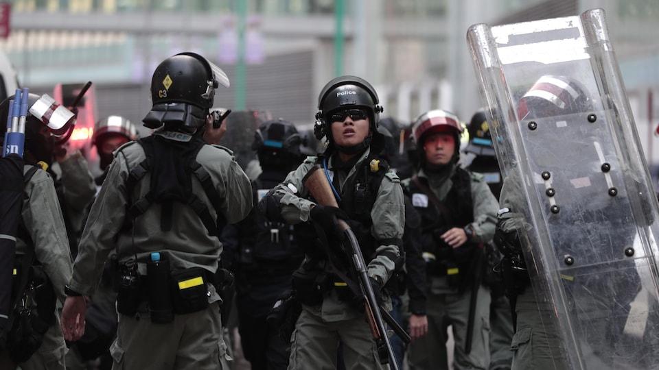 Des policiers armés jusqu'aux dents.