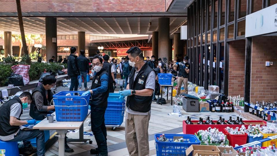 Des policiers placent des cocktails Molotov dans des caisses.