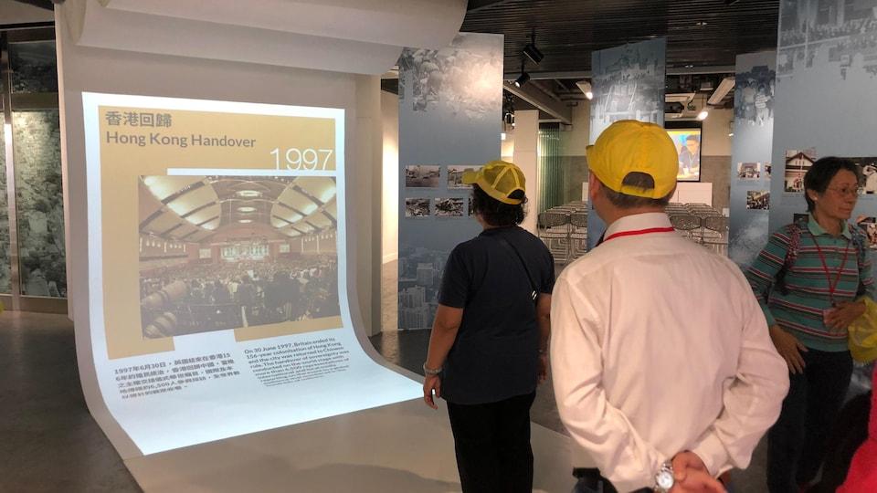 Un volet interactif de l'exposition permet aux visiteurs de faire défiler des images en agitant la main.