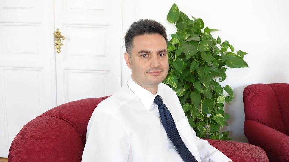 Un homme en chemise et cravate