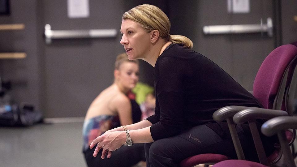 Hope Muir en répétition dans un studio de danse.