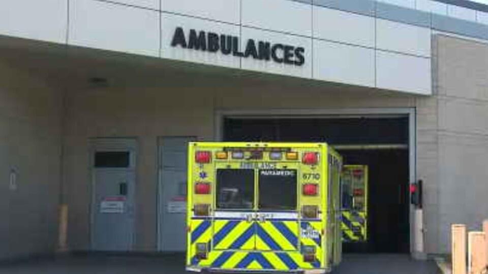 Une ambulance arrive à l'hôpital.