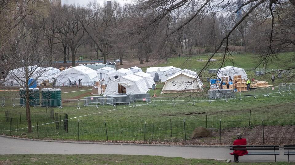 Dans le parc, une douzaine de tentes sont entourées de barrières.