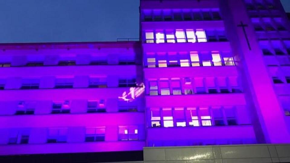 L'Hôpital d'Alma illuminé en mauve.