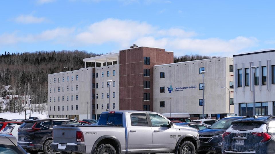 Stationnement du Centre hospitalier de Gaspé en hiver