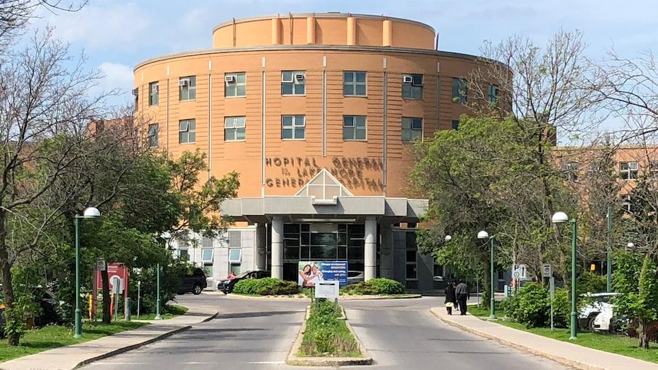 L'Hôpital général du Lakeshore de Pointe-Claire, vu de face.