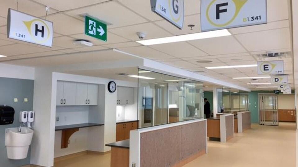 L'intérieur d'un bâtiment hospitalier neuf