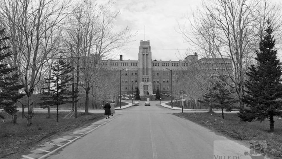 Une façade d'hôpital en noir et blanc