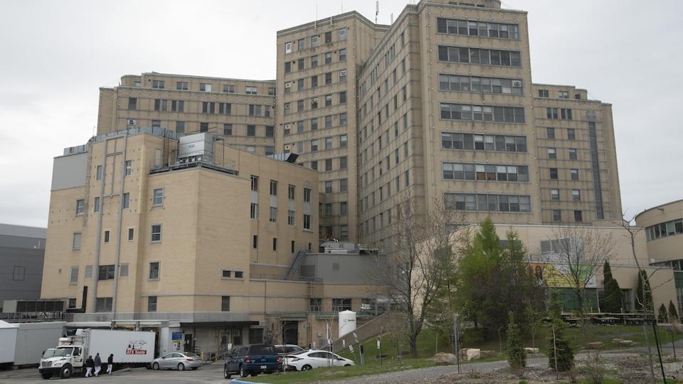 Vue arrière de l'Hôpital Maisonneuve-Rosemont.